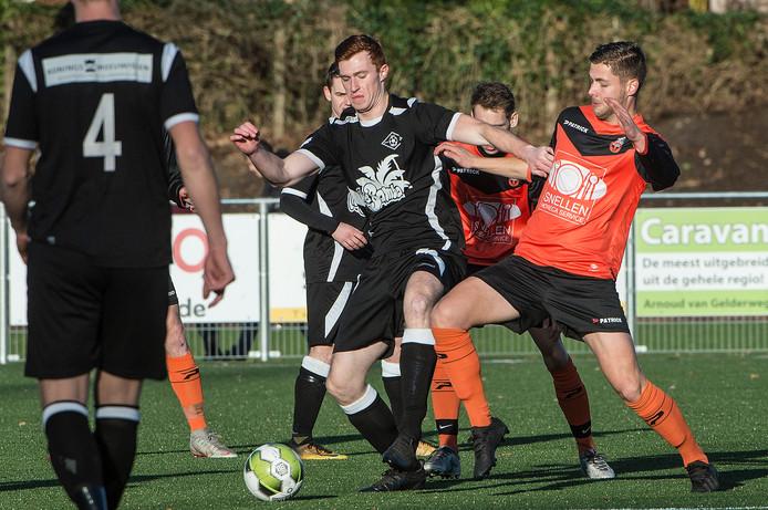Frans Cuppers van Excellent (links) in duel met Vitesse'08-speler Ron Janssen. De clubs zijn komend seizoen allebei actief in de derde klasse, maar zitten niet bij elkaar in de competitie.