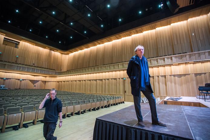 Directeur Hans Verbugt (r) van Musis en Stadstheater in de verbouwde Muzenzaal.