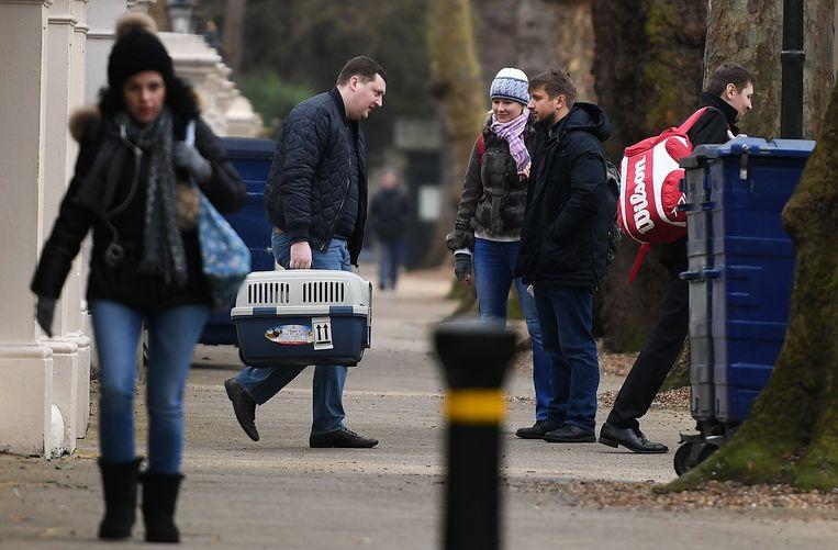 Russisch ambassadepersoneel vertrekt uit Londen.  Beeld Epa