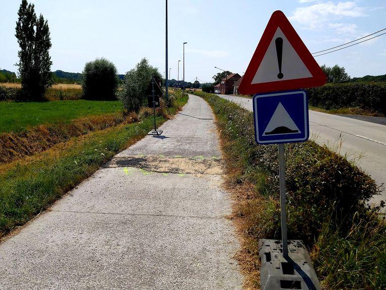 Het betonfietspad langs de Bankelindeweg werd deels opgestuwd door het warme weer. Het fietspad werd al voorlopig hersteld. Een definitieve herstelling volgt later.