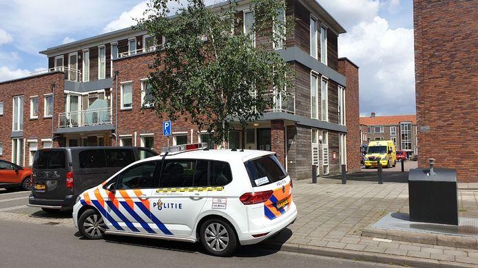Aan de Zonstraat in Enschede is zaterdagmiddag door nog onbekende oorzaak brand ontstaan bij Aveleijn 't Veldhoes.