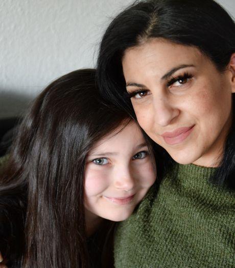 Enschedese Gamze moet stevig betalen om haar dochtertje naar haar ex in Gronau te brengen: 'Het is absurd'