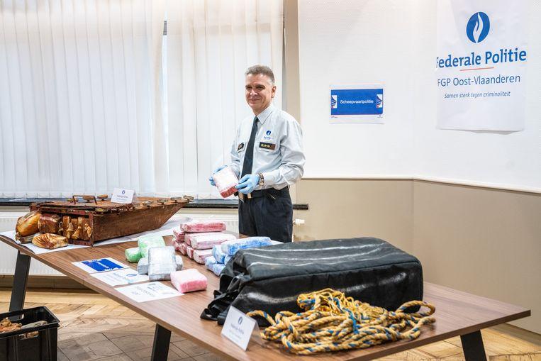 De federale gerechtelijke politie toont de recente drugsvangst in de Gentse haven. Beeld Wannes Nimmegeers