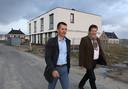 """In Othene-Zuid komen niet alleen koopwoningen, Woongoed bouwt er ook sociale huurwoningen, Gino van Driessche (links) van AM Wonen: ,,We willen een mix van woningen."""" Rechts, Woongoed-directeur Ralph van Dijk, met op de achtergrond de eerste vier prefab-huurwoningen."""
