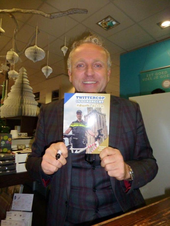 Gordon poseert met het boek van twittercop Dirk-Jan Grootenboer.