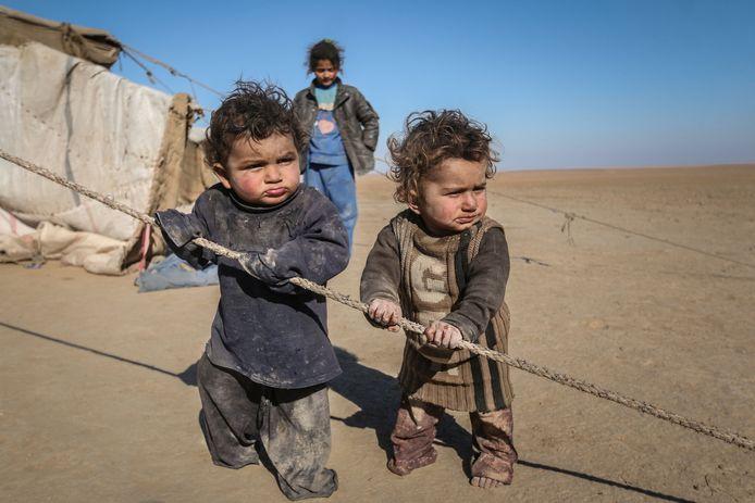 Kinderen in de Syrische stad Raqqa bij de tent waarin ze wonen