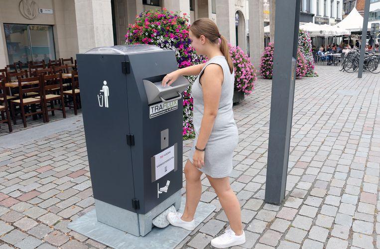 De sprekende vuilbak aan het stadhuis is een proefproject.
