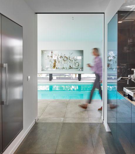 Gedateerde bungalow nu gelijkvloerse villa mét bijzonder binnenzwembad aan voorzijde