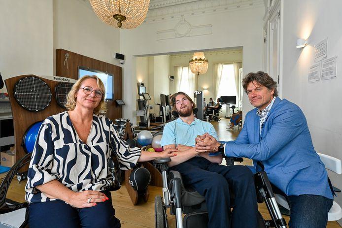 """Nelleke, haar zoon Tars en professor Laureys in één van de revalidatiekamers van TrainM: """"Sinds Tars hier naar de 'fitness' komt, is hij niet meer gehospitaliseerd geweest."""""""