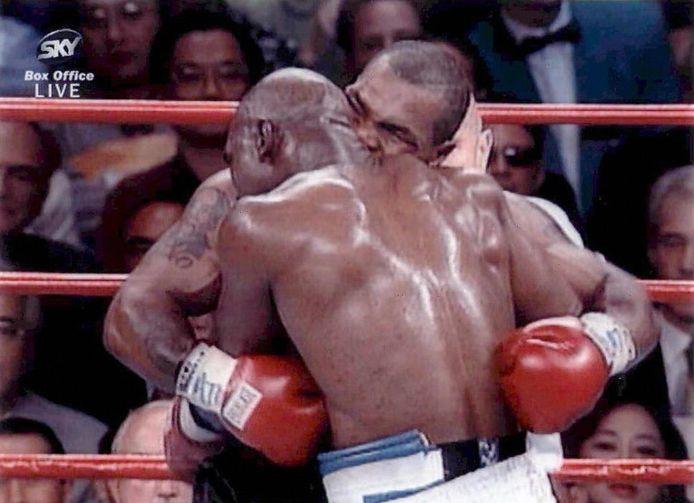 Tyson bijt een stuk uit het oor van Holyfield.