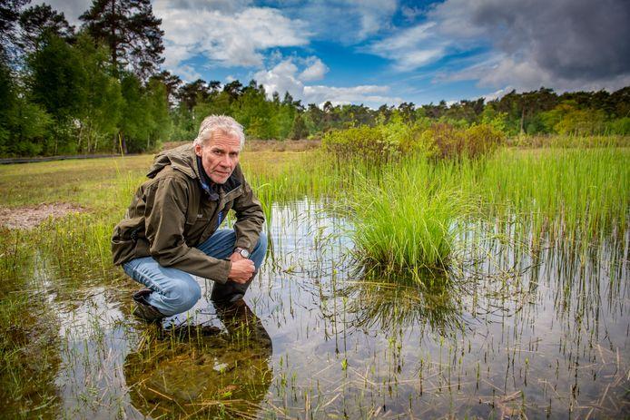 De poeltjes op landgoed Velhorst staan weer onder water, constateert Michiel Schaap tot zijn tevredenheid.