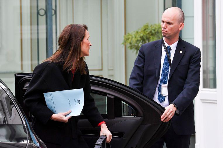 Sophie Wilmès arriveert voor de topvergadering, waar besproken werd hoe de 'volmachtregering' juist te werk zou gaan.  Beeld Photo News