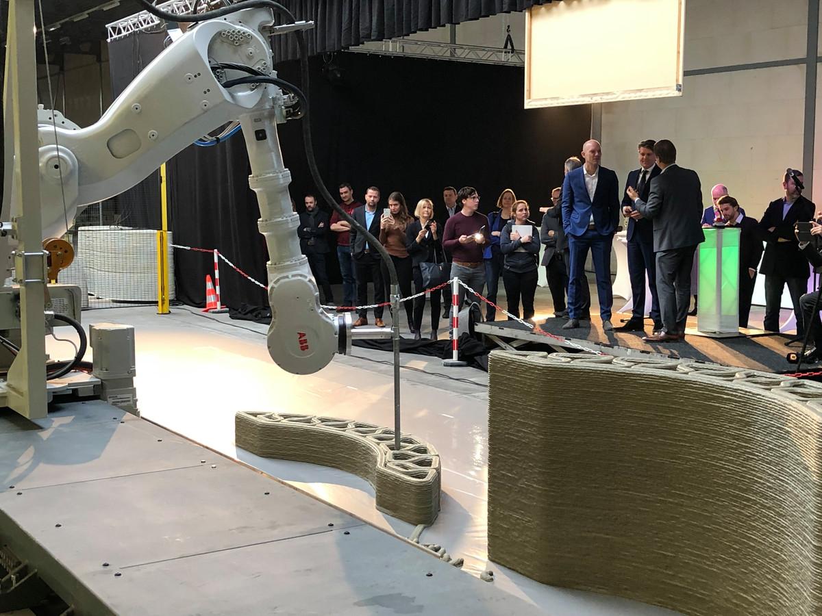 De robot bleef zijn werk doen na de opening van de betonprintfabriek van Bam Infra en Weber Beamix.