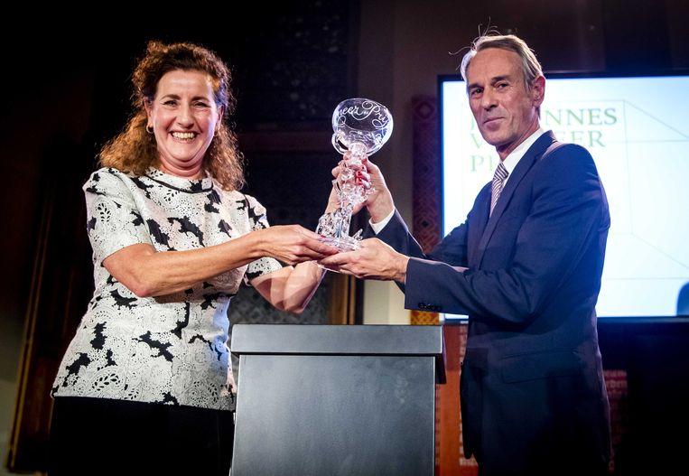 Ivo van Hove ontvangt de Johannes Vermeer Prijs 2019 uit handen van minister Ingrid van Engelshoven van Onderwijs, Cultuur en Wetenschap. Beeld ANP