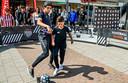 Het Ambachtsplein moet levendiger worden, vindt de gemeente Rotterdam. Af en toe zijn er activiteiten, zoals hier de strijd om de Royston Drenthe Cup.