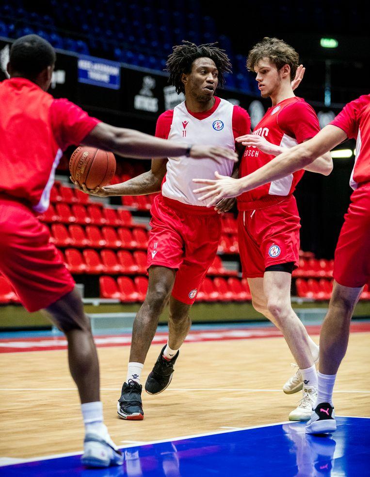 Sinds 17 december mogen ook de basketballers weer in teamverband trainen. 'De timing is ongelukkig. Nederland gaat in lockdown en wij beginnen weer.' Beeld Jiri Buller / de Volkskrant