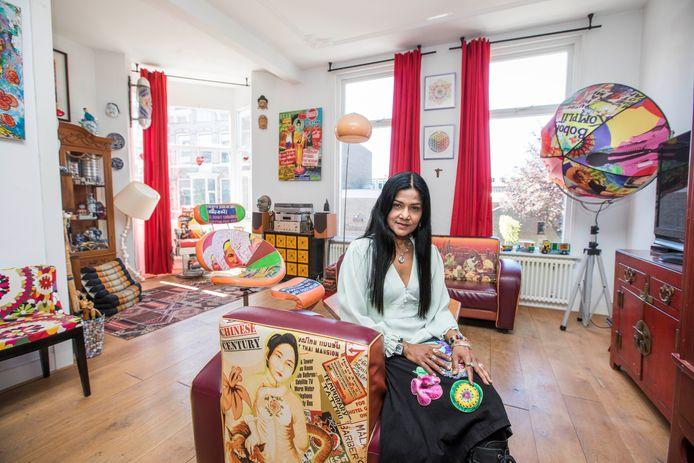 Sheela Demel in het bovenhuis in de Danckertsstraat in Den Haag.