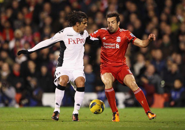 Jose Enrique als speler van Liverpool in duel met Fulham-aanvaller Bryan Ruiz.