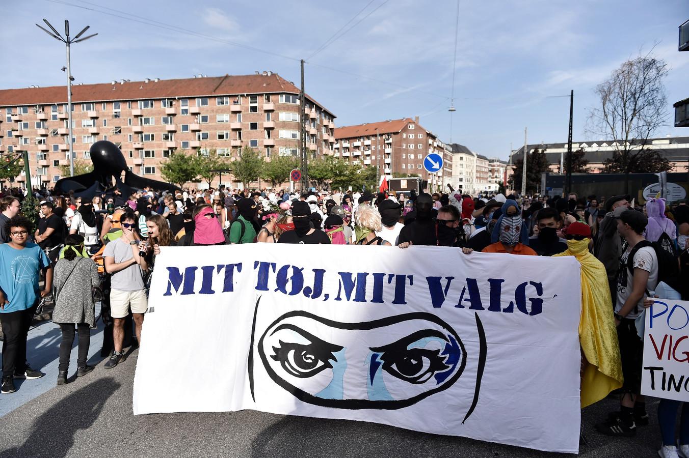 """""""Mijn kledij, mijn keuze"""": honderden mensen protesteren tegen de nieuwe wet."""