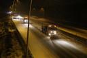 Voor dag en dauw wordt de sneeuw geruimd op de weg bij Loon op Zand.