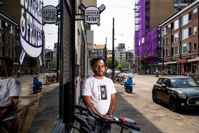 Jamshed Sheikh van Burgers & Friet aan de Jonker Fransstraat moet twee weken dicht, nadat een ruzie tussen zijn maaltijdbezorgers uit de hand liep.