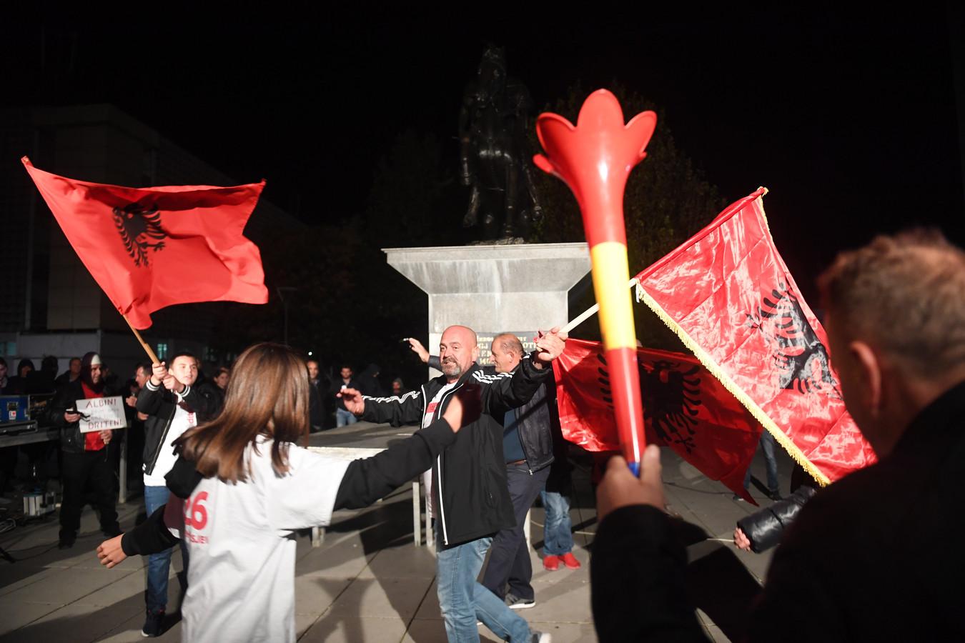 Aanhangers van de oppositie vieren feest in Kosovo.