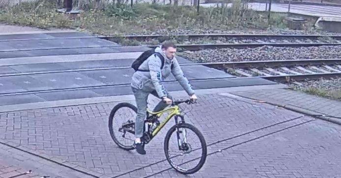 De twee mannen kunnen meer informatie verschaffen over de fietsdiefstal.
