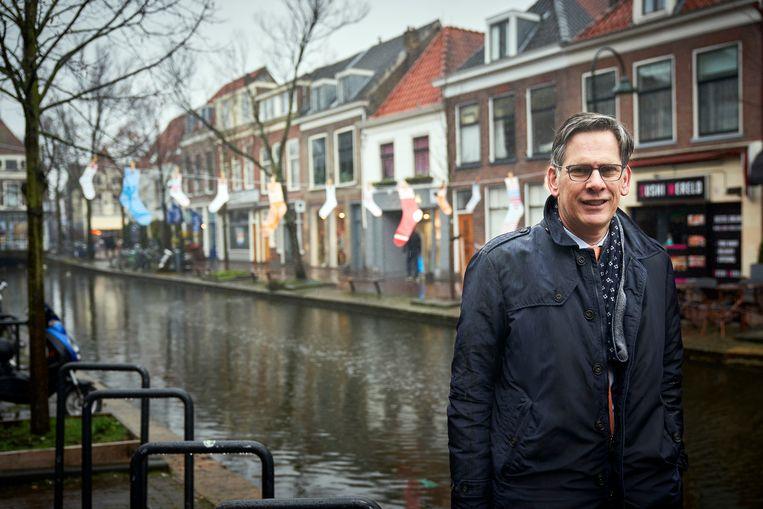 Dijkgraaf Piet-Hein Daverveldt van hoogheemraadschap Delfland voor waslijnen met daaraan natte sokken opgehangen, om aan te geven dat burgers meer moeten doen om wateroverlast tegen te gaan.  Beeld Phil Nijhuis