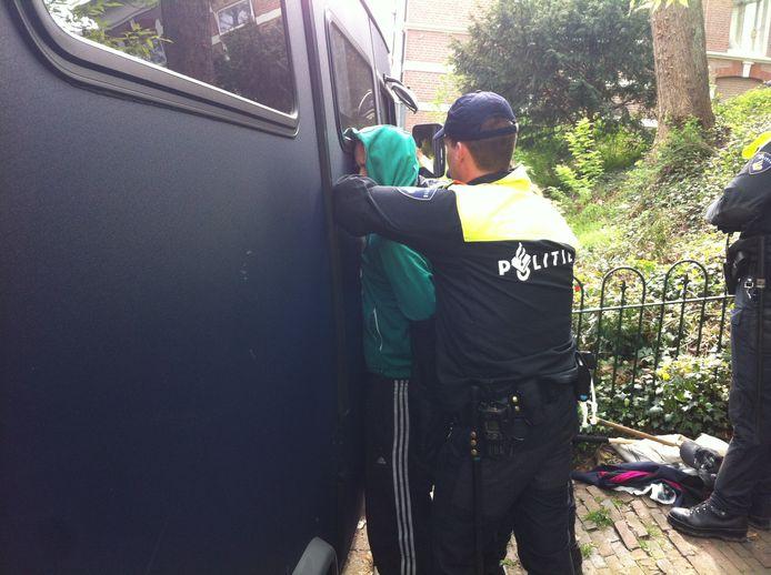 Een demonstrant wordt aangehouden tijdens de Wildersdemonstraties. Foto: DG
