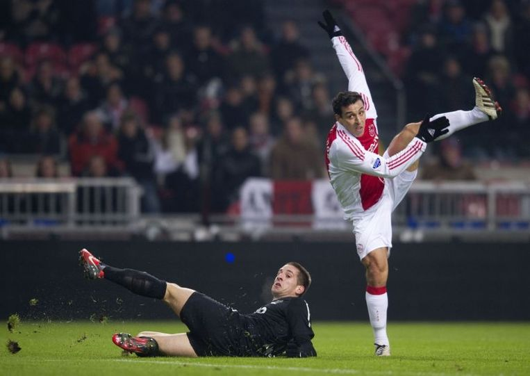 Mounir El Hamdaoui van Ajax (R) in duel met Remy Amieux (L) van NEC uit Nijmegen. Beeld