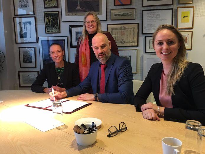 Locoburgemeester Victor Everhardt tekent een intentieverklaring om van Utrecht een 'Safe Streets'-gemeente te maken.