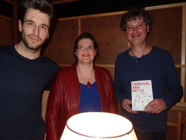 null Beeld Sil Smit (l) en Lot Douze van boekhandel Over het water en organisator van de loterij vanavond, en Bas Kok, auteur van Oerknal aan het IJ. 'Amsterdam is vanuit Noord ontstaan.'