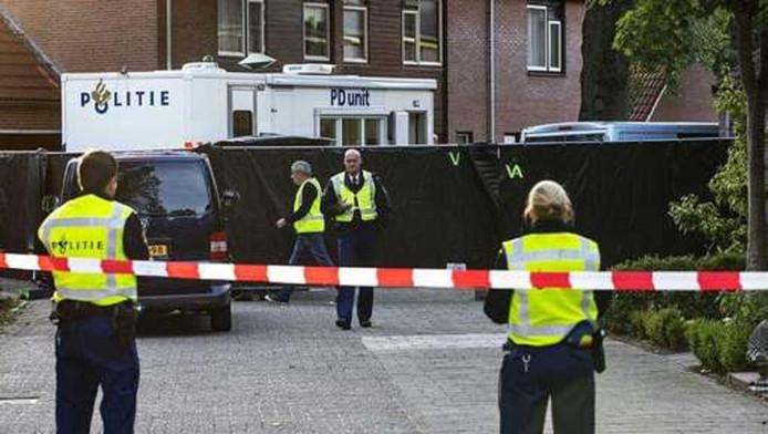 De Van Roekelweg in Apeldoorn werd afgezet nadat de twee kinderen dood werden aangetroffen