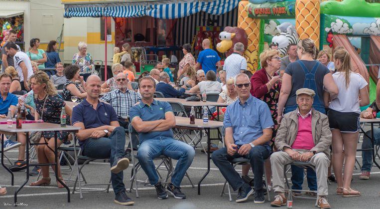 Mensen genieten van een drankje op Njödderkermis.