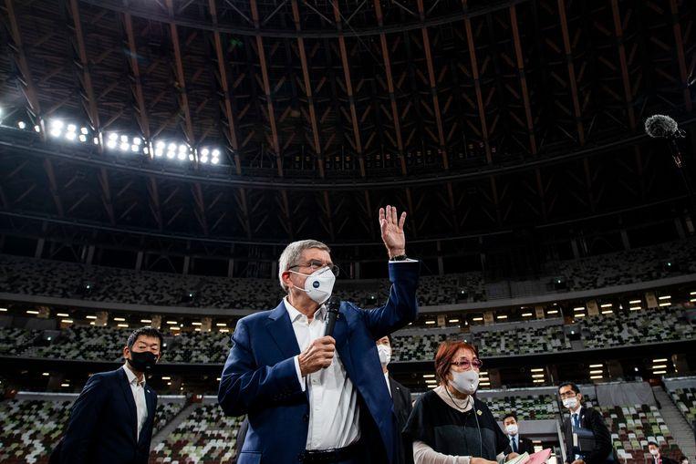 IOC-voorzitter Thomas Bach komt het Nationaal Stadion van Tokio binnen. Beeld AP