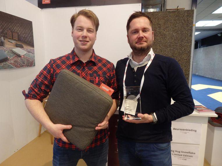 Herbert Sikma en Teun van Leijsen van Stoov One, winnaar Hebbedingetje van het jaar, voorverwarmde kussens.