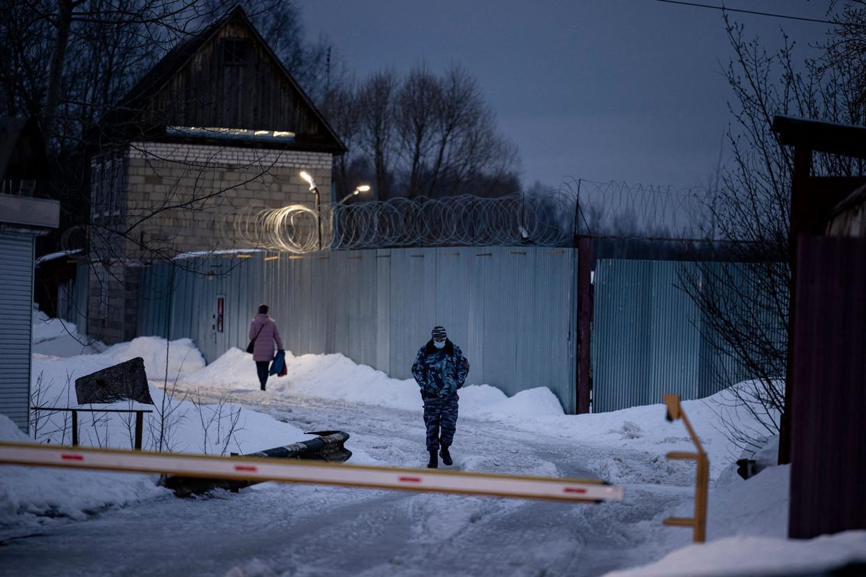 Een bewaker loopt langs het strafkamp IK-2 in Pokrov. 'Ik had geen idee dat je op 100kilometer van Moskou een heus concentratiekamp zou kunnen neerzetten', schreef Navalny.  Beeld AFP