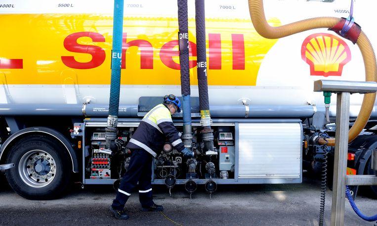 Een vrachtwagen in raffinaderij Shell Pernis, de grootste raffinaderij van Europa en een van de grootste van de wereld. Beeld ANP XTRA Lex van Lieshout