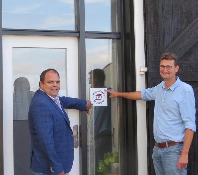 Na de officiële  bekendmaking bevestigen Andries Looijen en Jacco Mol het officiële bord aan de gevel.