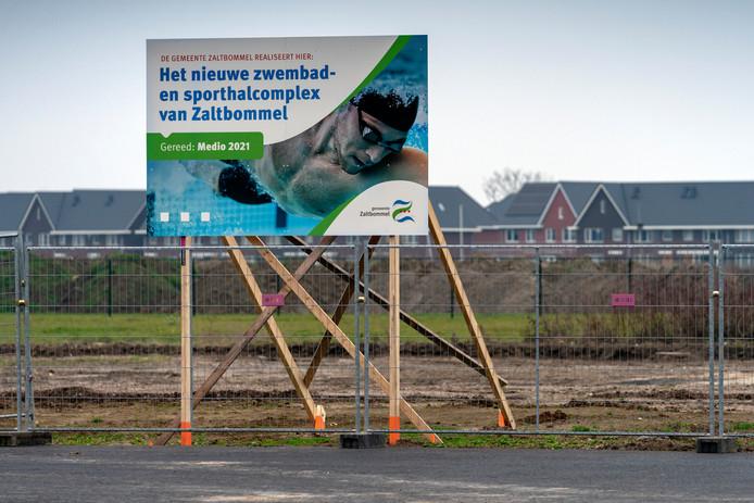 Nederland,  Zaltbommel, het bouwbord voor het nieuwe zwembad aan de Oude Bosscheweg.