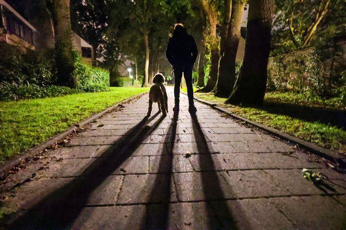 Eindhovenaar John tijdens de nachtelijke wandeling om inbrekers af te schrikken.