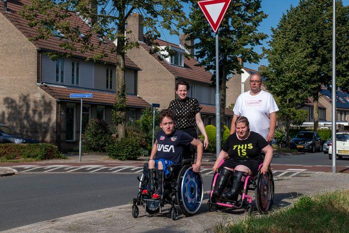Mandy en Martijn Post met Lorenzo en Chanelle, beiden geboren met een open ruggetje en nu gebonden aan een rolstoel.