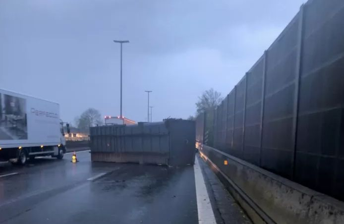Un container s'est détaché et s'est retrouvé sur l'autoroute, obstruant deux bandes de circulation.