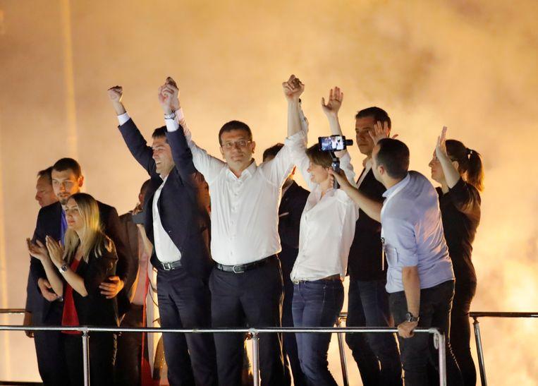 Ekrem Imamoglu (met wit hemd) haalde het in de burgemeestersverkiezing in Istanboel.