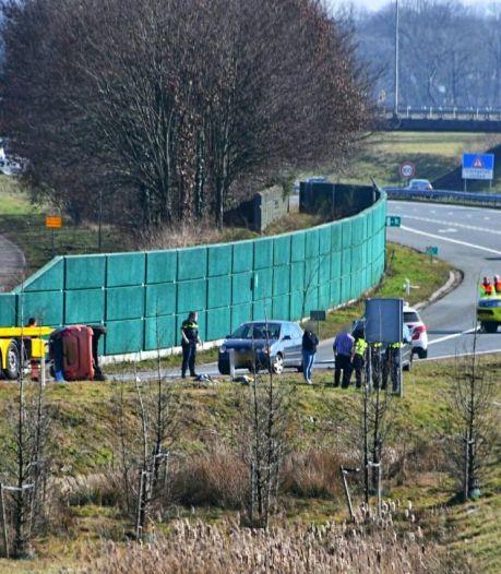 Auto over de kop bij Enschede: weg deels afgesloten
