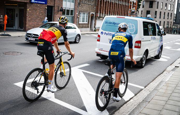 Wout van Aert met Daan Soete in het stadscentrum van Leuven.