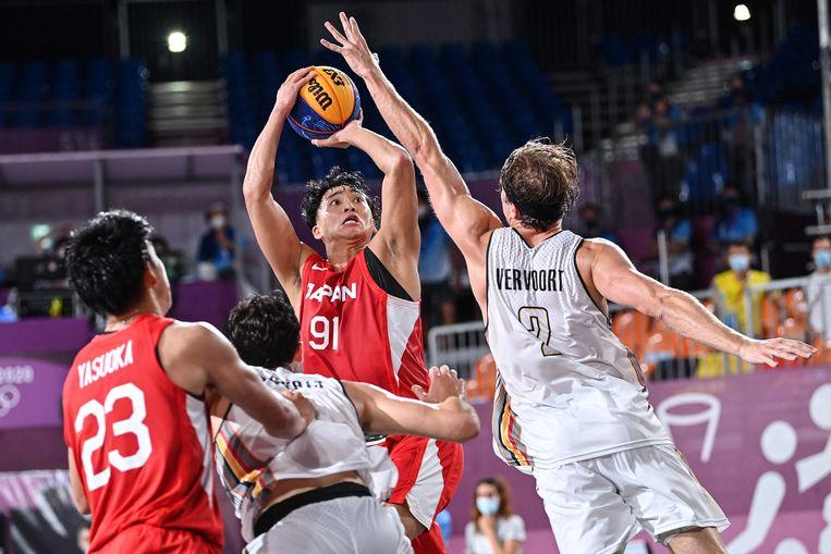 Thibaut Vervoort verdedigt op de Japanner Tomoya Ochiai tijdens het 3x3 basketbal in het Aomi Urban Sports Park in Tokio. De Belgen zullen die match met 16-18 verliezen. Beeld AFP