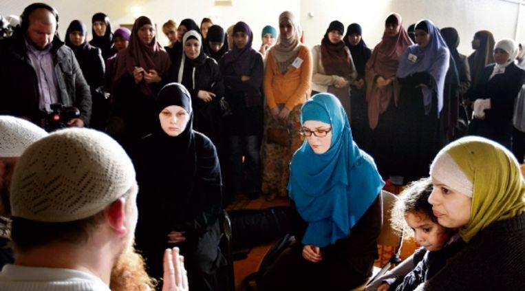 In de vrouwenruimte van de Utrechtse Omar Al Faroukmoskee doceert imam Ambu Hamza op de derde Bekeerlingendag. Zelf is de Duitser ook bekeerd: hij werd geboren als Pierre Vogel. (ANP) Beeld ANP