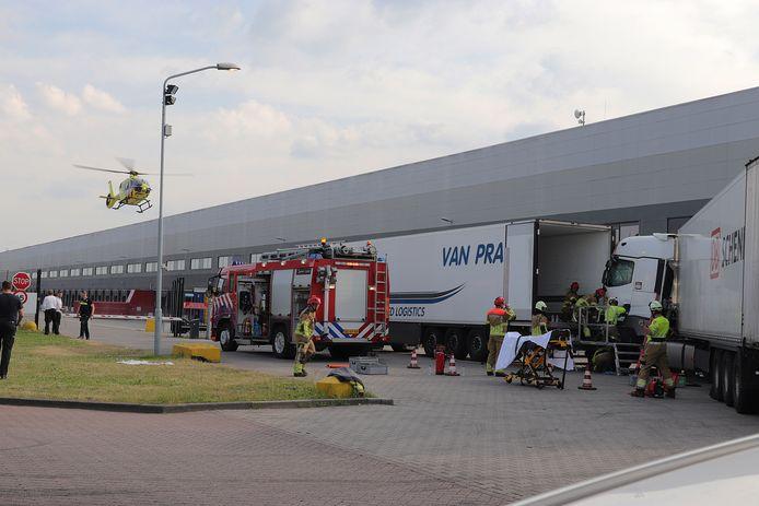 Hulpdiensten zijn enige tijd bezig geweest met het redden van de beknelde chauffeur.