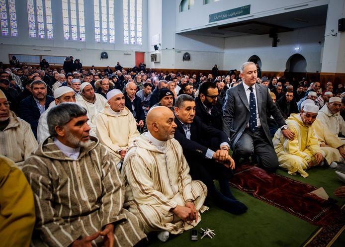 Aboutaleb sprak vanmiddag tijdens het vrijdaggebed de bezoekers van de An-Nasr moskee in Rotterdam-West toe: 'Wees alert en scherp, dat doen wij ook'.